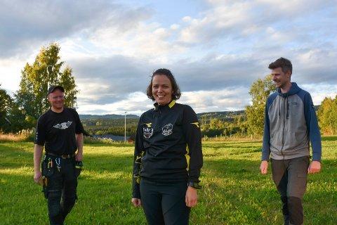 FORNØYDE: Ole Marius Søbakken, leder i skigruppa Ann Kristin Baardseth og Kristoffer Eikehaugen i Åsmarka IL er veldig fornøyd med å ha kjøpt inn ny løypemaskin.