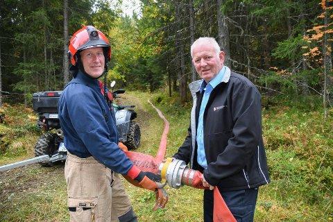 Rydder opp: Brannformann Bjørn Arild Ruud i Mesnali  (t.v) og varabrannsjef Morten Øvern deltok tirsdag på oppryddingen etter søndagens brann på Lundehøgda.
