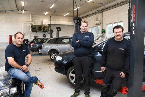 Nytt bilverksted: Nes Bilsenter AS har åpnet dørene i det gamle landbruksverkstedet mellom Duengerhøgda og Tingnes. Her ser vi daglig leder Mirsad Alagic (t.v.) sammen med Christoffer Sandberg og Fredrik Wiken Døsrønningen, begge bilmekanikere.
