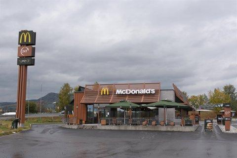 BLE STENGT: McDonald's i Brumunddal ble tirsdag stengt av Mattilsynet. Restauranten åpner ikke igjen før tidligst torsdag.