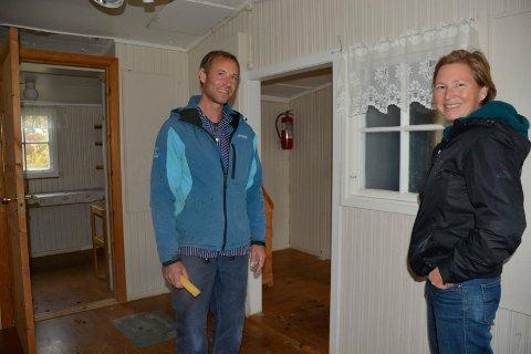 """Pusser opp: Marius Kalseth og Anne Louise Gjør i """"Moelven-hytten"""" hvor foreldrene til Alf Prøysen bodde. Hytta (Bygd som Moelven-brakker) skal sammen tilbakeføres slik den var. Den jobben skal de to blant annet bidra til."""