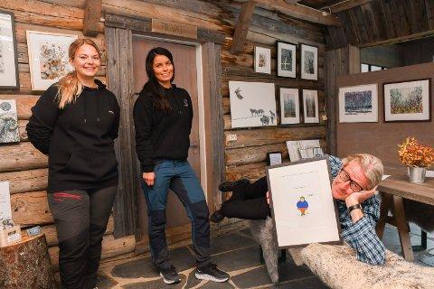 Kunsthøst til fjells: Galleriet i Naustet på Sjusjølunga byr på kunst i to uker til ende. Denne uka stiller HC Medlien ut bilder av figuren Halvor. Galleriet drives av  Ellen Tømte Hagen (t.v.) og Janne Hemma.