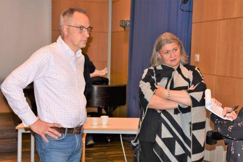 GÅR I FORHANDLINGER: Ap går nå i forhandlinger med Høyre og SV. Her er varaordfører Atle Strand og ordfører Anita Ihle Steen rett etter at medlemsmøtet på Arbeiderbevegelsens Folkehøgskole var slutt tirsdag.