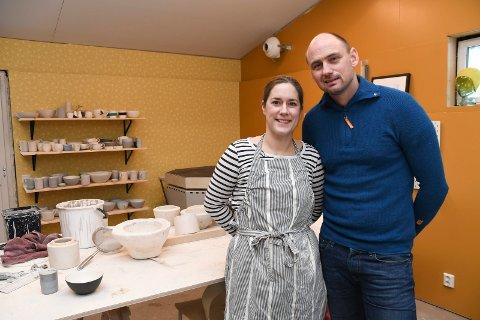 Takker samboeren: Vegard Glorud stilte opp som snekker  da Renate Løvli ønsket seg keramikkverksted hjemme i Moelv.