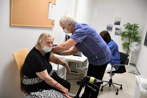 VAKSINERER: Fastlegene er godt i gang med å vaksinere de over 85 år. De samarbeider godt med kommunen for å vaksinere befolkningen. Her får Marit Østmark (90) vaksinen av Irene Rekstad på  Brumunddal legesenter.