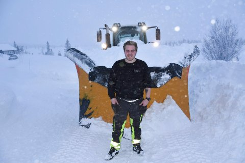 BRØYTESJÅFØR: Andreas Arnestad (21) fra Mesnali er en av dem som brøyter vegene i Ringsakfjellet. Her er han klar til å gyve løs på all snøen som hadde lagt seg på vegene innenfor Storåsen natt til fredag. Se flere bilder i bildekarusellen.