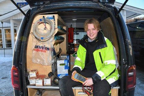Glad og fornøyd: Petter Havik er lovet fast jobb før fagprøva som elektromontør er avlagt. Firmabil er også på plass.