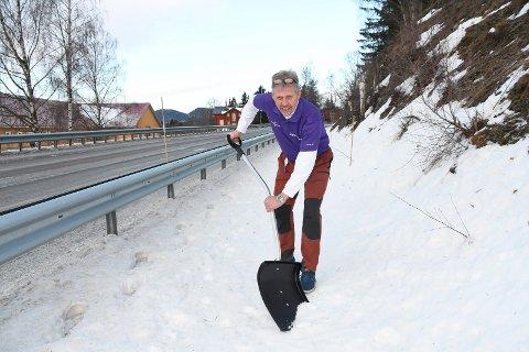 Tar snøskuffa i egne hender: Sven Arne Sylling er glad for at Nye veger har bygd gang- og sykkelveg i Steinsvingen. Han er ikke like imponert over bredden på byggverket. - Brøytebilen kommer ikke fram, sier han oppgitt.