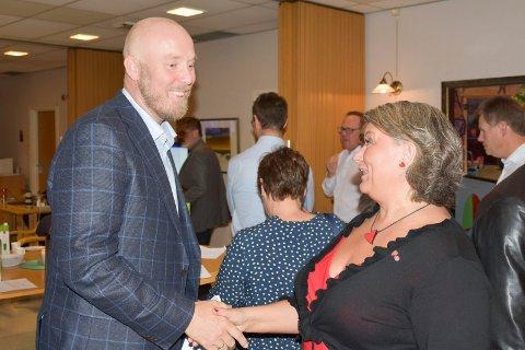 HAR BLITT ENIGE: Ringsaker-ordfører Anita Ihle Steen (Ap) (t.h.) og opposisjonsleder Odd-Amund Lundberg (Sp). Bildet er fra en tidligere anledning.