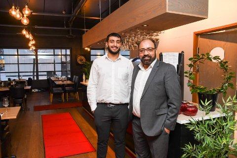 Er i gang: Nitesh Bharduwaj (t.v.) og Rakesh Kumar står torsdag klare til å ta imot de første gjestene i den nye restauranten i Parkgården.