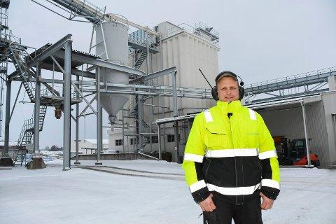 Fornøyd: Tobarnsfaren Jon Emil Hagelund trives i sin nye jobb som prosessoperatør ved pelletsfabrikken i Brumunddal.