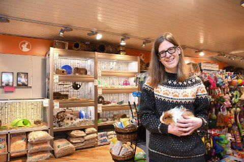 Fornøyd: Linda Økseter Bøhle ved Pets Moelv forteller om mange kunder og gode tider etter oppstarten i august i fjor.