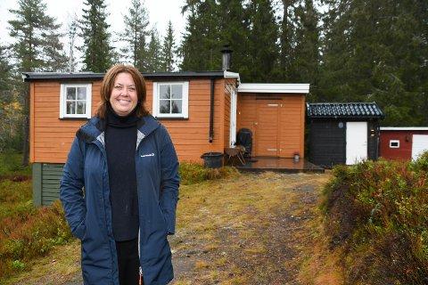 Megler: Bente Holen Bergseng fra Brøttum har solgt hus og hytter i over 20 år. Hun forteller om svært hektiske tider helt siden mai 2020. Søndag var hun i Mesnali for å selge hytta i bakgrunnen.