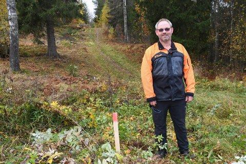 Pådriver: Erik Brænden har siden i sommer jobbet for å etablere en frisbeegolf-bane ved Fossen skole i Moelv. Neste sommer kan banen stå ferdig.