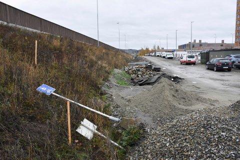 PARKERINGSPLANER: Det er tenkt at parkeringsproblemene rundt Mjøstårnet skal løses ved å etablere plasser langs E6. Det er vegmyndighetene imot.