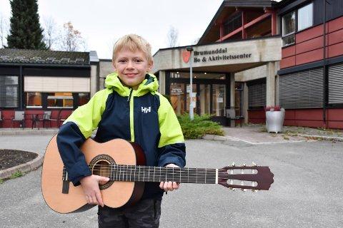 SANG OG MUSIKK: Leo Andrè Stabæk har i tre år sunget for beboere ved sykehjem i kommunen.