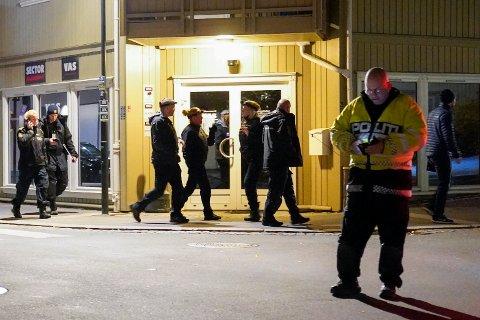 Kongsberg: Politiet på stedet hvor en pil skutt  inn i en vegg. Fem personer er bekreftet drept og flere er skadet etter hendelsen i Kongsberg. En person er pågrepet.