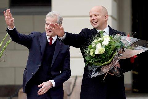 Statsminister Jonas Gahr Støre (Ap) og finansminister Trygve Magnus Slagsvold Vedum (Sp) med blomster på Slottsplassen etter regjeringens første statsråd på Slottet.