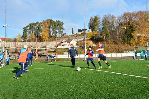Trening: Casper Oppegård og Kristian Skaug Seberg (med lue) i kamp om ballen på trening. Bak følger trener Karl Håkon Bjerknes med.