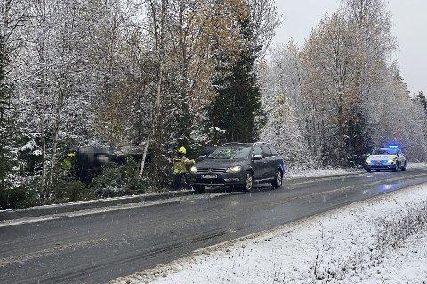 KJØRTE AV VEGEN: En bil havnet av vegen på Høsbjørvegen i Furnes tirsdag formiddag.
