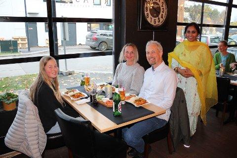 Storkoser seg: Marthea Emilie Vardeberg (t.v), Maja Kristine Vardeberg og Werner Braaten Vardeberg sammen med servitør Harmit Kaur.