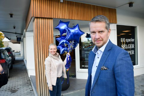 NY JOBB: Eiendomsmegler André Høgsveen foran de nye lokalene til Eie eiendomsmegler i Brumunddal. Bak: Trude Stina Hval Ekeberg.