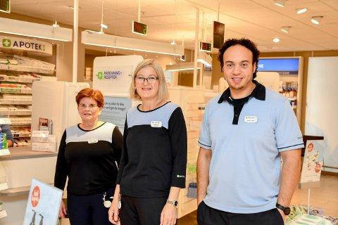 INFLUENSAKLARE: Farmasøyt Marthe Kraabøl (midten), apotekteknikker Anne-Britt Nordskog og daglig leder ved Apotek 1 på Mølla Storsenter i Brumunddal, Anis Boutaleb-Monsen, er klare til å ta i mot folk til influensavaksinering.