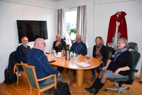 RETT FØR MØTESTART: Folk fra Ringsaker Ap og Ringsaker Sp på ordførerens kontor, her avbildet rett før møtestart klokken 15 onsdag. Fra venstre: Atle Strand (Ap), Willy Kroken (Ap), Odd-Amund Lundberg (Sp), Arne Ingvar Dobloug (Sp), Marte Røhnebæk (Sp) og Anita Ihle Steen (Ap).