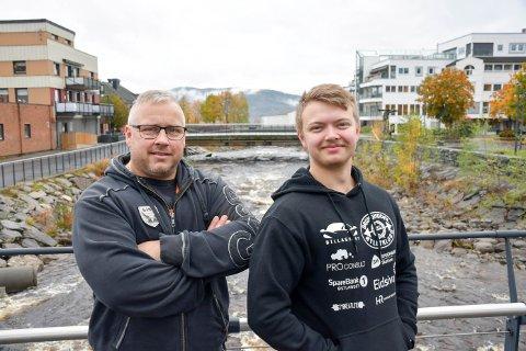 STERKE KARER: Jo Ivar (47) og Vetle Skundberg (21) har et høyt ønske om å kunne samle styrkeløfterne i Brumunddal Atletklubb i egne lokaler i byen. Nå håper de lokale krefter kan bidra.