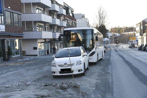 Parkering i sentrum: Mange reagerer på at parkering av buss skjer langs handlegata i Moelv sentrum.