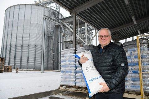 Veteran: Bjørn Nybakken var sentral i oppbyggingen av pelletsfabrikken for 21 år siden. Nå sørger kaldt vintervær for ekstra gode tider.