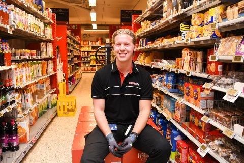 Stortrives på jobb: Daniel Berget er en av 16 ansatte ved Spar Sveum i Brumunddal. 23-åringen har fått mer å gjøre på grunn av hektiske koronatider.