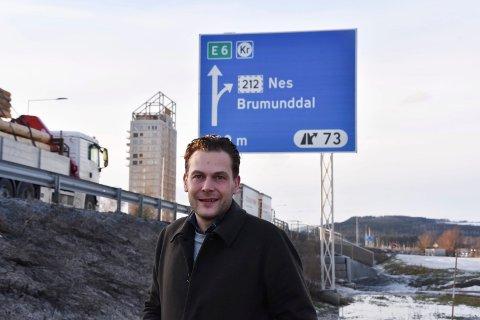 FORNØYD: Onsdag ble det heist på plass, et av de nye skiltene som ikke bare viser veg mot Brumunddal, men også til Nes. – Det er godt å se, sier Emil Haugli. Se flere bilder i bildekarusellen.