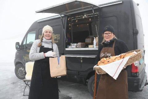Satser til fjells: Trude Bergundhaugen og Anita Rosenborg i Baker Kristiansen har startet salg av bakervarer på Sjusjøen. Salgslokalene er en food truck.