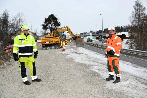 Graving pågår: Prosjektsjef Jarle Kristian Tangen i Nye Veier (t.v.) og prosjektleder Arne Jensen i Peab forteller at Moelvkrysset skal være ferdig 1. juli. Innen den tid er det mye som skal skje.