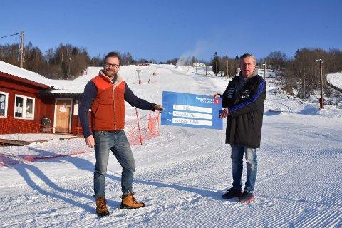 GAVE DET ER BEHOV FOR: Brumunddal Fotball gir 10 000 kroner til Brumunddal Alpin. Fra venstre: Eivind Willard (leder Brumunddal Alpin) og Bjørn Nybu (daglig leder Brumunddal Fotball).