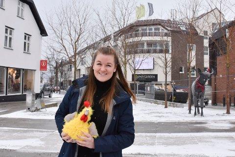 VIL HA EGG: Monica Rylander ønsker at folk maler påskeegg og leverer dem til kommunen, som henger dem opp.