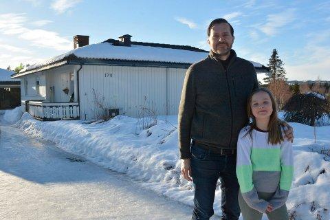 Flytter: Bjørn Christian Nørbech og datteren Isabel Thalia Nørbech (9). For småbarnsfamilien på fire har skolestrukturdebatten skapt usikkerhet.