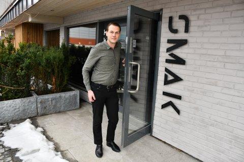 TAR FERIE: Emil Haugli låser døra og aner ikke når han åpner igjen.