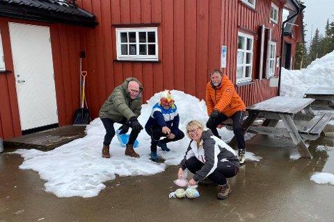 Påskeharer: Bjønnåsen vel har plassert ut 50 egg i terrenget. Det er bare for hyttefolket å starte jakten, sier Ragnar Pabsdorff (f.v), Sjur Østvang, Stein Andersen og Trude Engen.