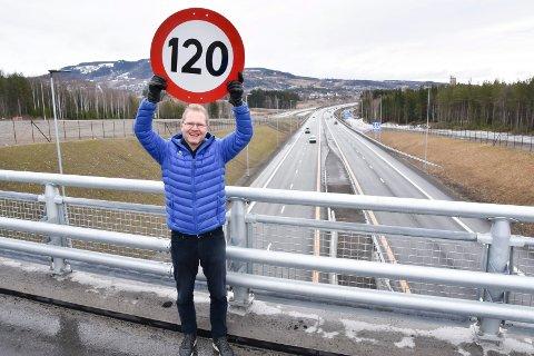 HØGERE FART: Tor Andre Johnsen og Frp vil ha høgere fartsgrense på E6 og andre motorveger.