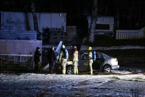 BILBRANN: Nødetatene var på stedet i Mausetvegen da det begynte å brenne i en bil.