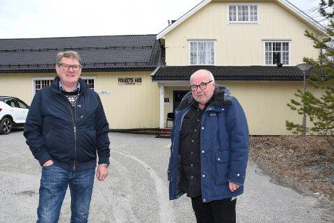 """Alvorlige herrer: Folkets Hus i Moelv har tapt store leieinntekter på grunn av koronasituasjonen. Nå ber styreleder Ola Øverstad (t.v.) og daglig leder Bjørn """"Daffy"""" Øverli om støtte."""