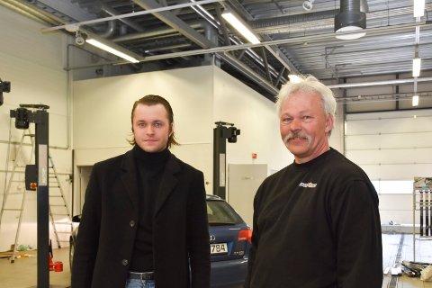 ÅPNET NYTT VERKSTED: Haakon Aleksander Stubsjøen og faren Håvard Stubsjøen etablerer Grevskapet Auto Furnes i Nydal.