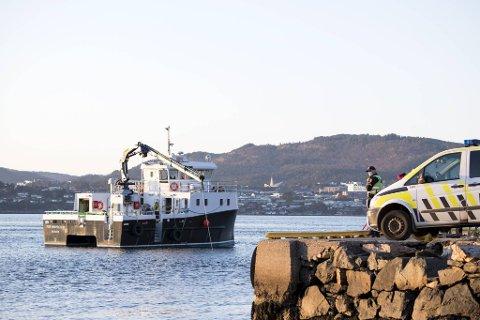 Torsdag vil politiet benytte en miniubåt i søket etter den savnede 24-åringen.  Skipet Fox Inspector bisto med tilsvarende søk like etter ulykken, uten resultat.