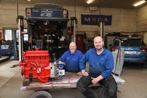 Trives med bil: Brødrene Odd-Arne (t.v.) og Morten Grorud lever og ånder for biler. Siden 2009 har de drevet Mariendal Bil AS på Åshøgda.