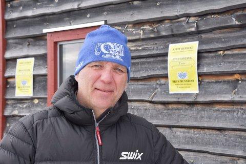 Forundret: Erik Lindstad serverer på Sjusjøen i helga. Han er forundret over at det nå blir andre regler på Hamar enn i Ringsaker.