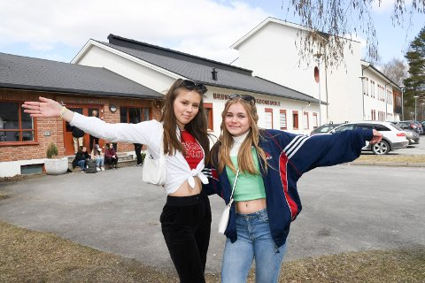 Hadde ideen: Karoline Isaksen-Bekkevold (t.v.) og Sina Wiik Melve hadde ideen til en utkledningsuke ved Brumunddal ungdomsskole.