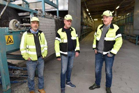 Utviklingssjef Svein Gudbrand Lund, produksjonsleder Inge Gjerdet og fabrikksjef Ole Vegard Wang ved en av maskinene som produserer skumglass (Glasopor)