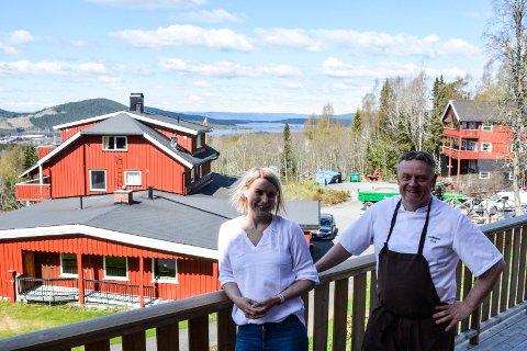 God plass: På Tyrilig er det god plass både ute og inne. Ingvill Bentsen og Roy Evensen er raske til å liste opp alle fordelene som finnes.